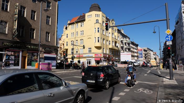 Foto einer geschäftigen Straßenkreuzung an der Karl-Marx-Straße in Berlin