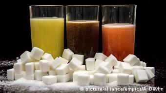 Куски сахара на фоне безалкогольных напитков