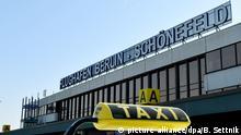 Ein Taxi wartet am 27.09.2016 vor dem Flughafen Berlin-Schönefeld (SXF) in Schönefeld (Brandenburg). Von Januar bis August starteten und landeten in SXF mehr als 7,3 Millionen Passagiere, das bedeutet einen Zuwachs von 40,1 Prozent. Noch in diesem Jahr soll das neue Terminal D2 in Betrieb gehen. Foto: Bernd Settnik/dpa | Verwendung weltweit