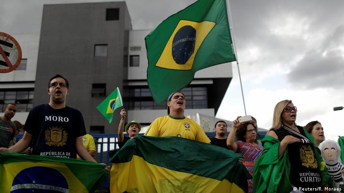 Brasilien | Gegner von Ex-Präsident Lula demonstrieren in Curitiba (Reuters/R. Moraes)