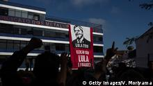 06.04.2018+++Sao Bernardo do Campo, Brasilien SAO BERNARDO DO CAMPO, BRAZIL - APRIL 06: Supporters of former President Luiz Inacio Lula da Silva gather in front of the headquarters of the Metalworkers' Union while awaiting Lula's speech on April 6, 2018 in Sao Bernardo do Campo, Brazil. The former president's arrest was decreed and must turn himself in by April 6 to the Superintendence of the Federal Police in the city of Curitiba. (Photo by Victor Moriyama/Getty Images)
