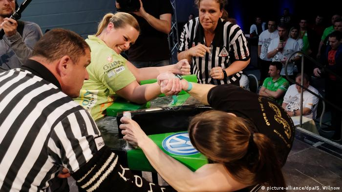 Laura Branding and 21-time German champion Katrin Mook face off in the German Armwrestling Championship of 2017 (picture-alliance/dpa/S. Willnow)
