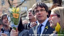 7.4.2018*** 07.04.2018, Berlin: Carles Puigdemont (2.v.r.), ehemaliger Präsident der spanischen Region Katalonien, steht mit seinen Unterstützern vor dem Veranstaltungsort, wo er zuvor eine Pressekonferenz gegeben hatte. Der katalanische Separatistenführer war gestern unter Auflagen aus dem Gefängnis in Deutschland freigekommen. Foto: Britta Pedersen/dpa-Zentralbild/ZB | Verwendung weltweit