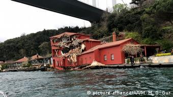 Здание на берегу Босфора, поврежденное проходившим по каналу танкером
