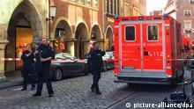 07.04.2018, Nordrhein-Westfalen,Münster: Fahrzeuge der Feuerwehr stehen in der Innenstadt. In Münster sind am Samstag mehrere Menschen gestorben, als ein Auto in eine Menschenmenge fuhr. Das teilte die Polizei über Twitter mit. Foto: -/dpa | Verwendung weltweit