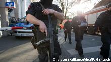 7.4.2018*** 07.04.2018, Nordrhein-Westfalen, Münster: Bewaffnete Polizisten stehen in der Innenstadt. In Münster sind am Samstag mehrere Menschen gestorben, als ein Auto in eine Menschenmenge fuhr. Das teilte die Polizei über Twitter mit. Foto: Friso Gentsch/dpa +++(c) dpa - Bildfunk+++ | Verwendung weltweit