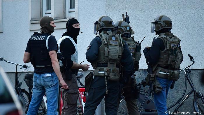Спецпідрозділ поліції обшукує помешкання підозрюваного в наїзді