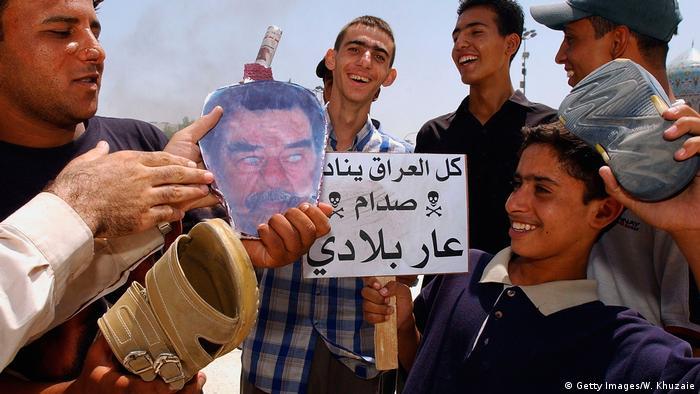 Irak Saddam Hussein Konterfei wird mit Schuhen geschlagen