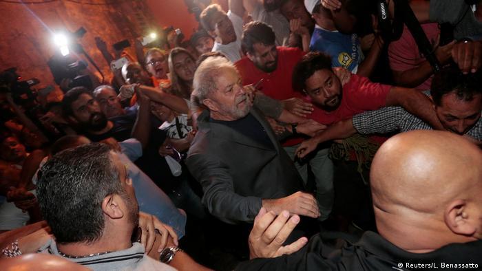 Multidão de apoiadores carrega Lula