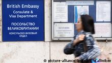 Viktoria Skripal, relative of poisoned double agent Sergei Skripal, passes by a sign of the UK consulate in Moscow (picture-alliance/Sputnik/K. Kallinikov)