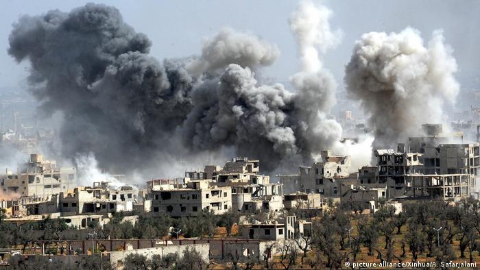 Syrien Ost-Ghoua Duma Artilleriebeschuss (picture-alliance/Xinhua/A. Safarjalani)
