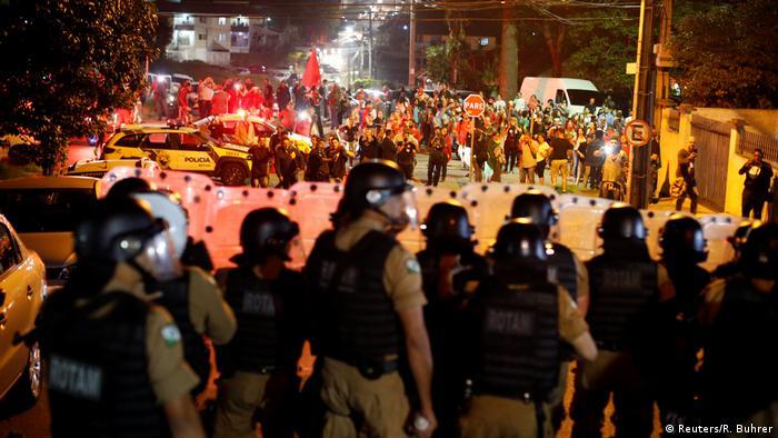 Brasilien Curitiba Ausschreitungen vor Polizeirevier Lula Anhänger