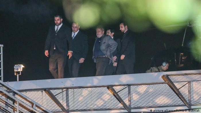 Lula da Silva being arrested (picture-alliance/Zuma/G. Bubniak)