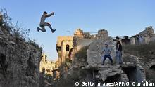 Syrien Jugendliche Parkour in Aleppo (Getty Images/AFP/G. Ourfalian)