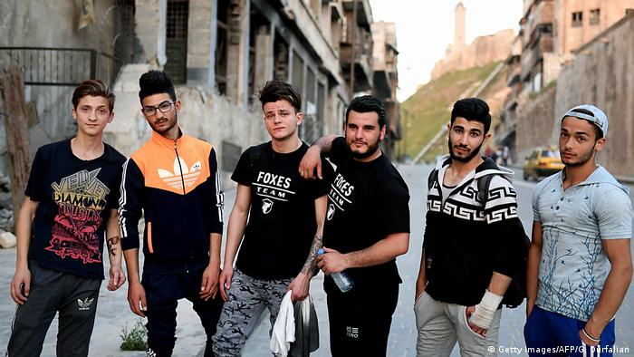 Arşiv - Savaşta büyük hasar gören Halep kentinde gençler (2018)