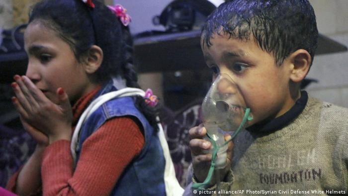 Syrien Kinder werden nach möglichem Giftgaseinsatz in Douma behandelt (picture alliance/AP Photo/Syrian Civil Defense White Helmets)