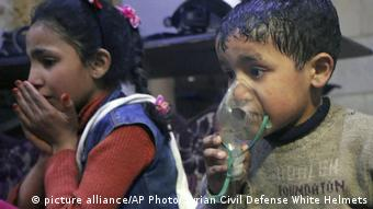 Children receive oxygen after the alleged gas attack in Douma on April 7 (picture alliance/AP Photo/Syrian Civil Defense White Helmets)