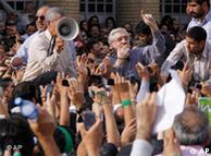 میرحسین موسوی هنگام سخنرانی برای مردم در تظاهرات ۲۵ خرداد ۱۳۸۸