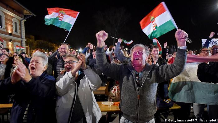 Ungarn Wahlen Orban Anhänger Wahlsieg Jubel (Getty Images/AFP/A. Kisbenedek)