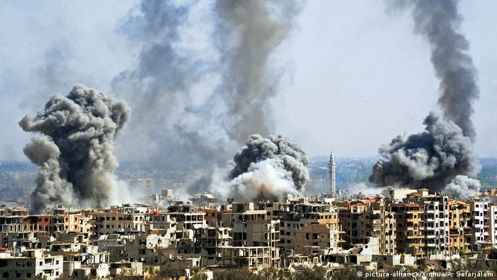 Suriye ordusunun bombaladığı Duma'da 7 Nisan Cumartesi günü çekilen bir fotoğraf