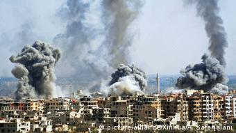 Syrien Duma Beschuß (picture-alliance/Xinhua/A. Safarjalani)