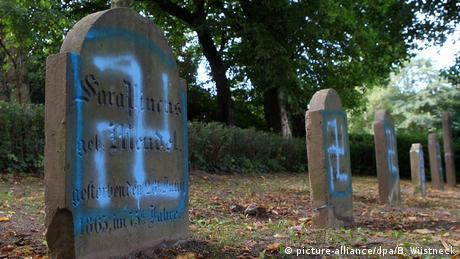 Jewish cemetery near Rostock vandalized (picture-alliance/dpa/B. Wüstneck)