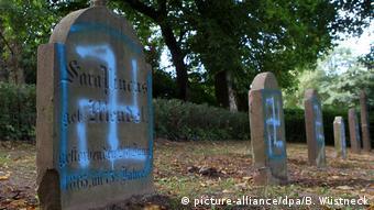 Оскверненное еврейское кладбище в городе Крёпельне на севере ФРГ