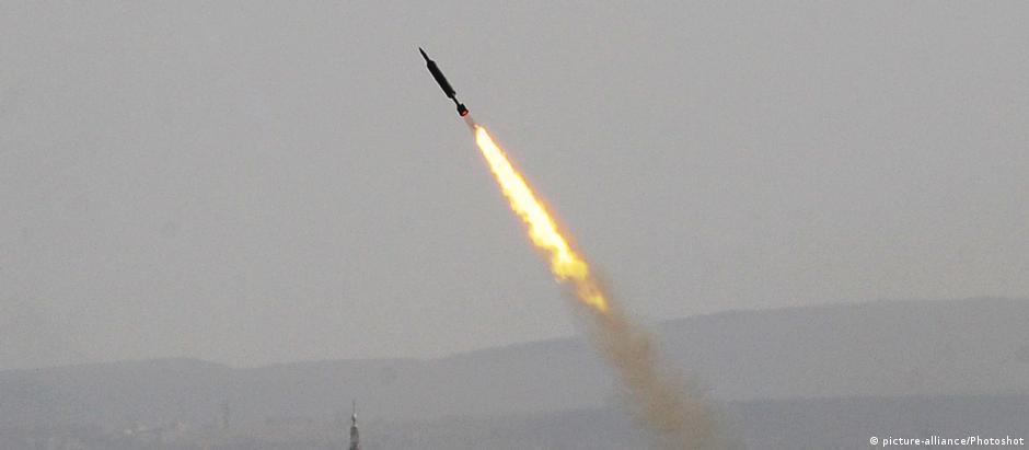 Míssil disparado pelo Exército sírio no sábado em Ghouta Oriental