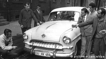 Τούρκοι εργάτες θαυμάζουν ένα καινούργιο αυτοκίνητο