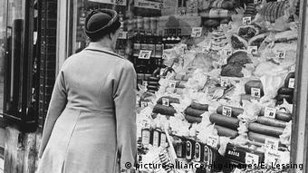 Όταν τελείωσε ο Β' Παγκόσμιος Πόλεμος αυξήθηκε η βιομηχανική παραγωγή και αναδύθηκε η καταναλωτική κοινωνία