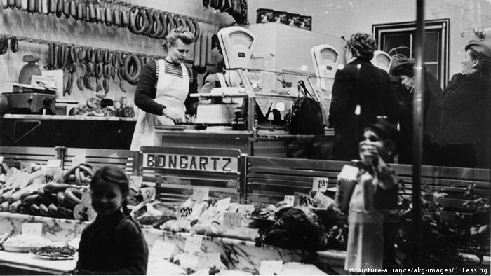 Verkauf in Fleischerei/Deutschland/1951. (picture-alliance/akg-images/E. Lessing)