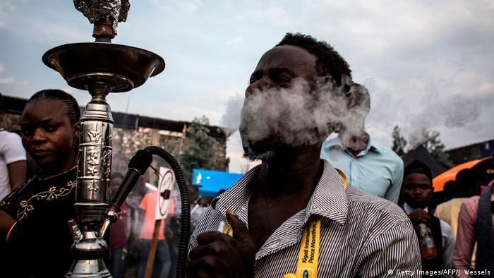 Kongo junger Mann mit Schischa-Wasserpfeife