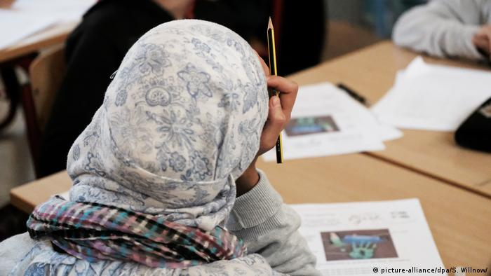 Girl wearing headscarf in school (picture-alliance/dpa/S. Willnow/)