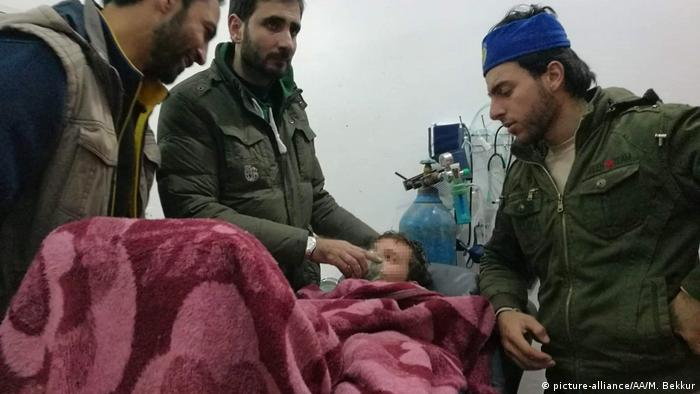 People at hospital after alleged chlorine gas attack in Idlib (picture-alliance/AA/M. Bekkur)