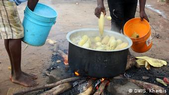 Hawkers of boiled maize in Tanzania at work (DW/S. Khamis)