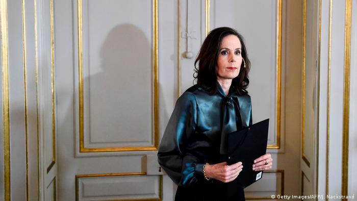 Sara Danius holds a black folder in her hand