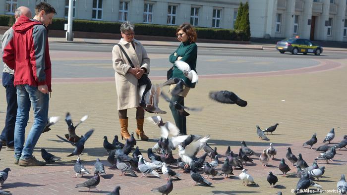 Брестчане кормят голубей в знак протеста против строительства аккумуляторного завода