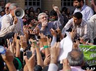 میرحسین موسوی در میان معترضان به نتیجه دهمین انتخابات ریاست جمهوری ایران
