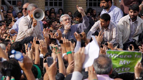 موسوی در میان مردم در روز ۲۵ خرداد