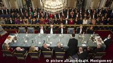 ARCHIV - The permanent secretary of the Swedish Royal Academy Peter Englund, lower right, installs its newest member, Professor Tomas Riad, as the Swedish Royal Academy holds its annual formal meeting in Stockholm, Sweden, 20 December 2011. Photo: HENRIK MONTGOMERY SWEDEN OUT (zu dpa «Die Achtzehn»: Was steckt hinter der Schwedischen Akademie? vom 29.09.2014) +++(c) dpa - Bildfunk+++ |