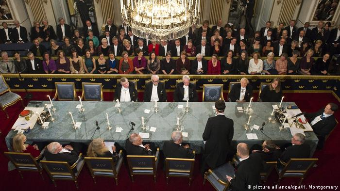 People gathering in the Swedish Academy in Stockholm. (picture alliance/dpa/H. Montgomery)