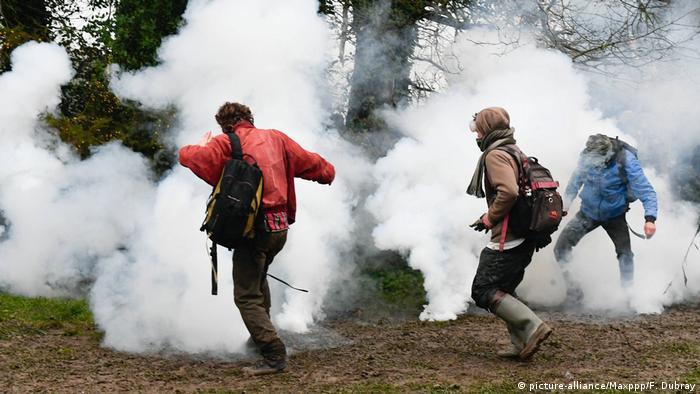 Frankreich Notre-Dame-des-Landes Auseinandersetzung Polizei & Umweltaktivisten (picture-alliance/Maxppp/F. Dubray)