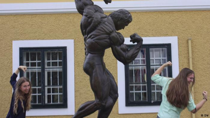 Statue of Arnold Schwarzenegger Screenshot (DW)