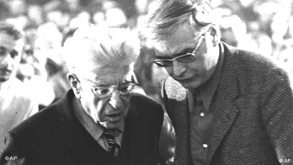 بلوخ (چپ) در کنار مارتین والزر: تفکر یعنی گذر از مرز. ریشهی این خرافه چیست که حقیقت مسیر خود را میگشاید؟