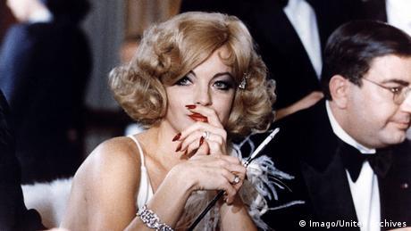 Schneider raucht eine Zigarette bei 'Trio Infernal' (Imago / United Archives)