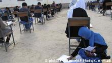 Afghanistan Frau stillt Baby bei Examen (picture-alliance/AP Photo/K. Ahmadi)