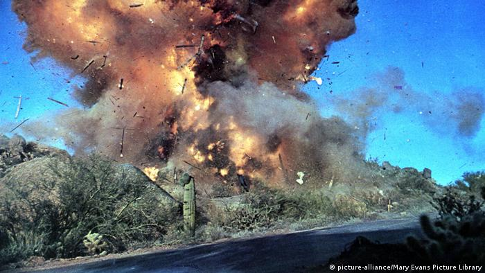 Film still, explosion at a roadside, huge flameand smoke (picture-alliance/Mary Evans Picture Library)