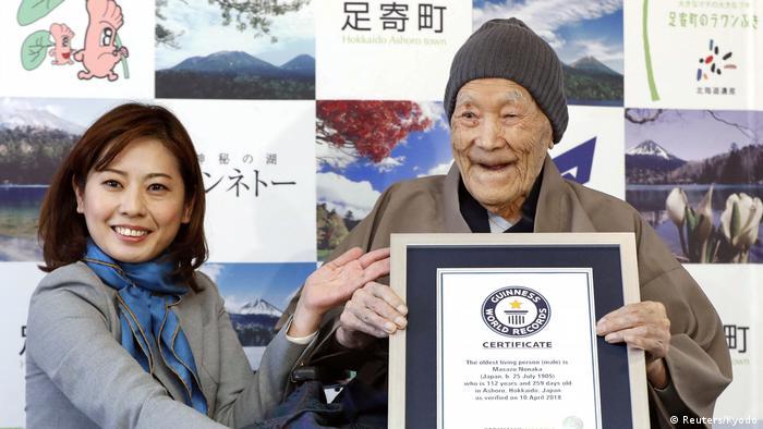 Masazo Nonaka recebe o certificado de homem mais velho do mundo
