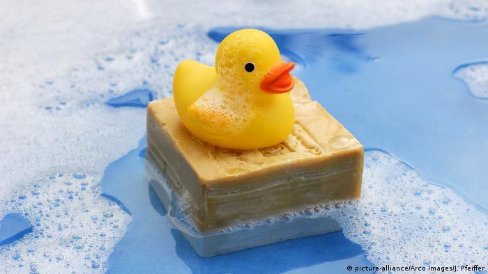 """Beim Quietscheentchen kann man sich schon mal die Zunge verbiegen. Das geht auch kleinen Kindern so, die beim Baden den ersten Kontakt zu der kleinen gelben Ente aufnehmen. Größtes Hindernis ist hier die Kombination von """"tsch"""" und """"ch"""" in einem Wort."""