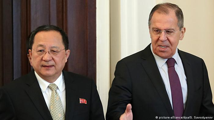 North Korea's Foreign Minister Ri Yong-ho and Russia's Foreign Minister Sergei Lavrov (picture-alliance/dpa/S. Savostyanov)